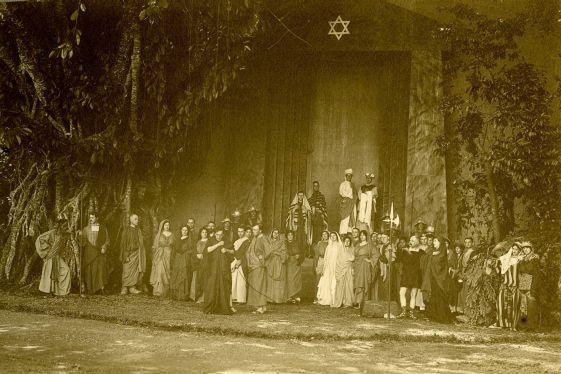 Foto uit het fotoalbum van de voorstelling Judas Ish Kariot door Tooneel Ensemble Louis de Vries in Nederlands Indië.