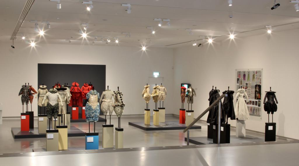Zaal met kostuums en ontwerpen van Rien Bekkers in Dromen van Shakespeare