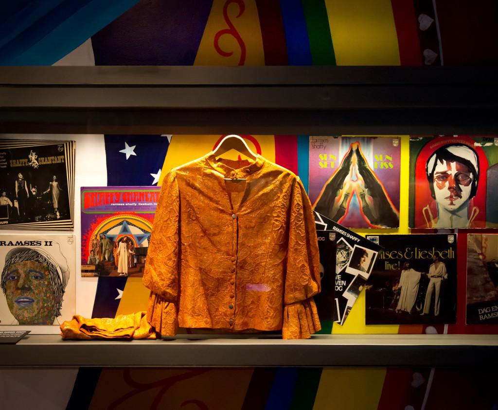 Het oranje kostuum van Sylvia Alberts, gedragen in Shaffy Chantate (1968),  in de vitrine in de tentoonstelling Ramses Shaffy. Foto: Monique Kooijmans.