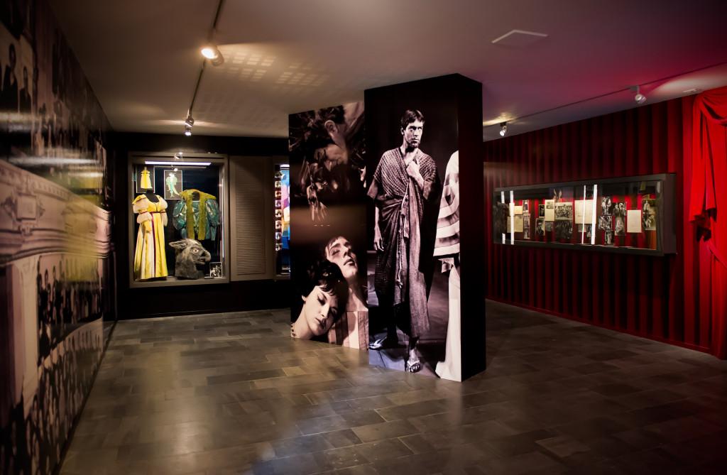 Overzichtsfoto expo Ramses Shaffy, met foto's en kostuums uit de Theatercollectie.  Foto Monique Kooijmans.